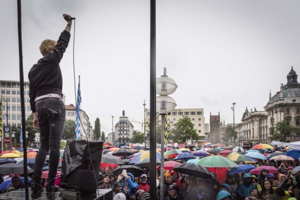 6000 bilden Menschenkette gegen Rassismus