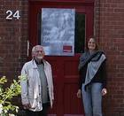 Klaus Waterstradt und Helga Lenz vor der Frauen- und Familienberatungsstelle in Lübeck